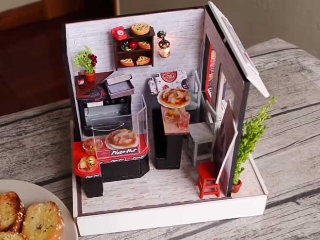 Una Youtuber crea una mini pizzeria con vera pizza dentro: guarda foto e video