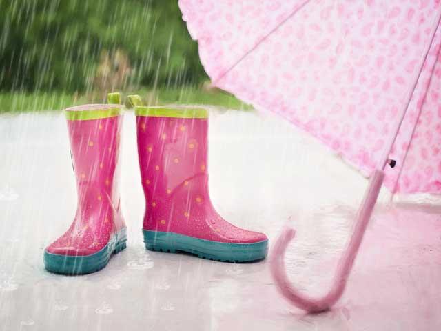 Quando piove ci si bagna di più correndo o camminando?