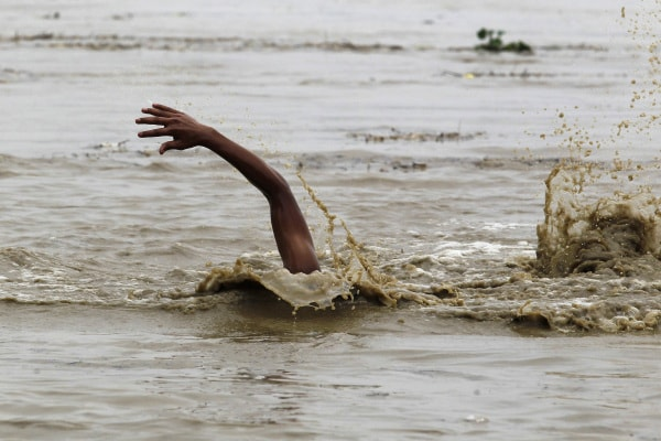 A 14 anni nuota per tre chilometri per andare a scuola