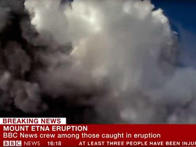 Esplosione sull'Etna: lo spettacolo dell'eruzione sfiora la tragedia