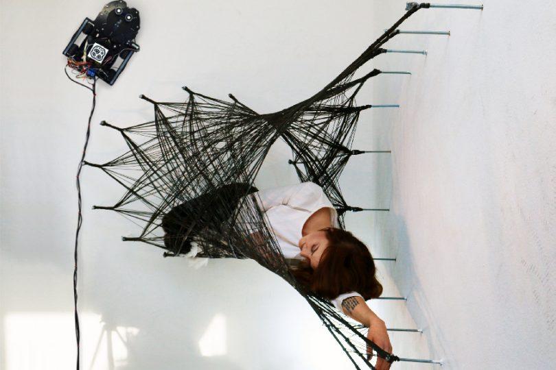 Il Robot Spiderman crea strutture e oggetti…tessendo una tela!