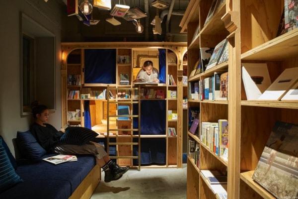 A Kyoto un hotel in biblioteca