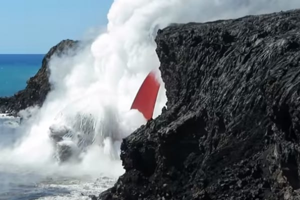 Hawaii: la lava del vulcano si tuffa nel mare!