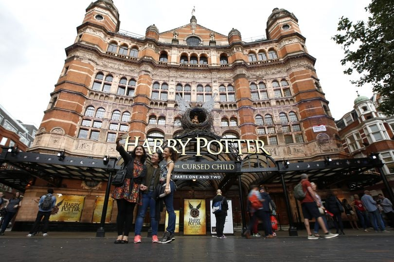 "Ritorna la Magia: in centinaia in coda per le prime copie di ""Harry Potter and the Cursed Child""!"