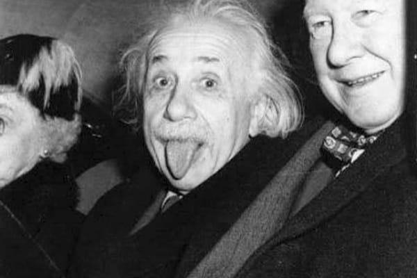 La storia della celebre foto di Einstein che fa la linguaccia