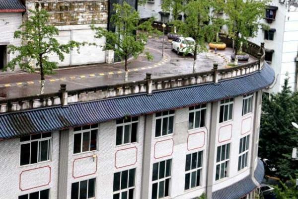 Cina | Il palazzo con la strada sul tetto!
