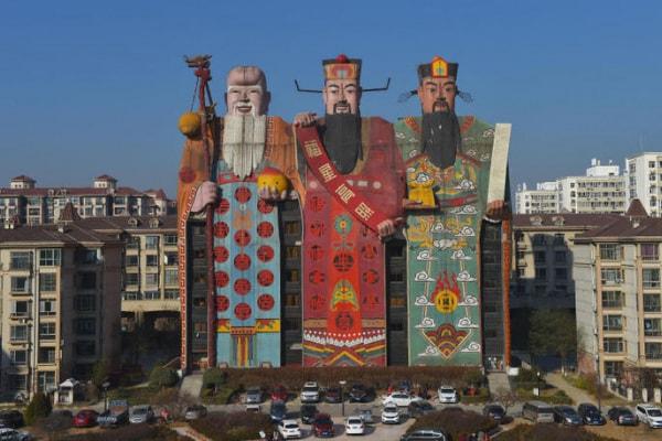 L'hotel più strano del mondo? Si trova in Cina ed è a forma…Di giganti!