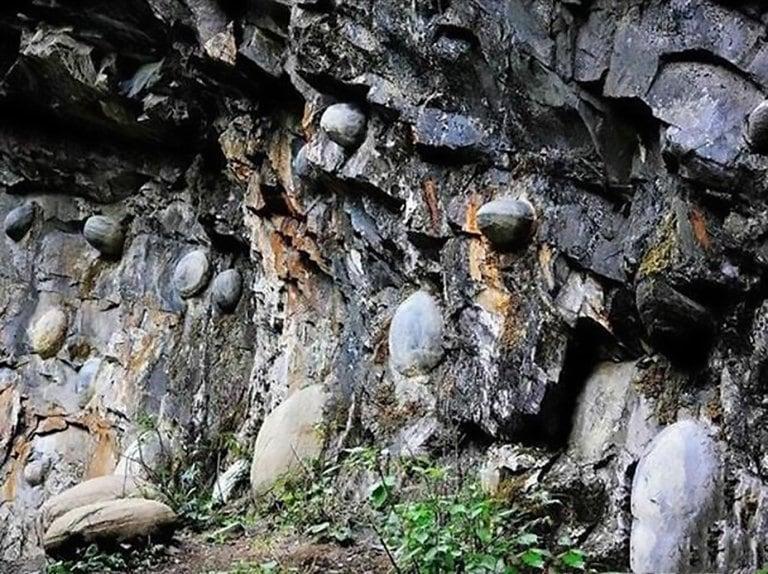 Scoperto il mistero delle uova di pietra che si formano su una scogliera cinese