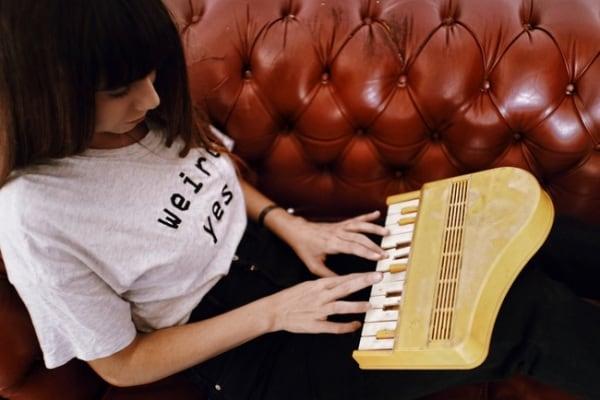 Intervista a Federica Abbate, la cantautrice…del fuori luogo!