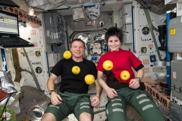 Perché a bordo della Stazione Spaziale si fluttua? Astrosamantha corregge un testo scolastico!